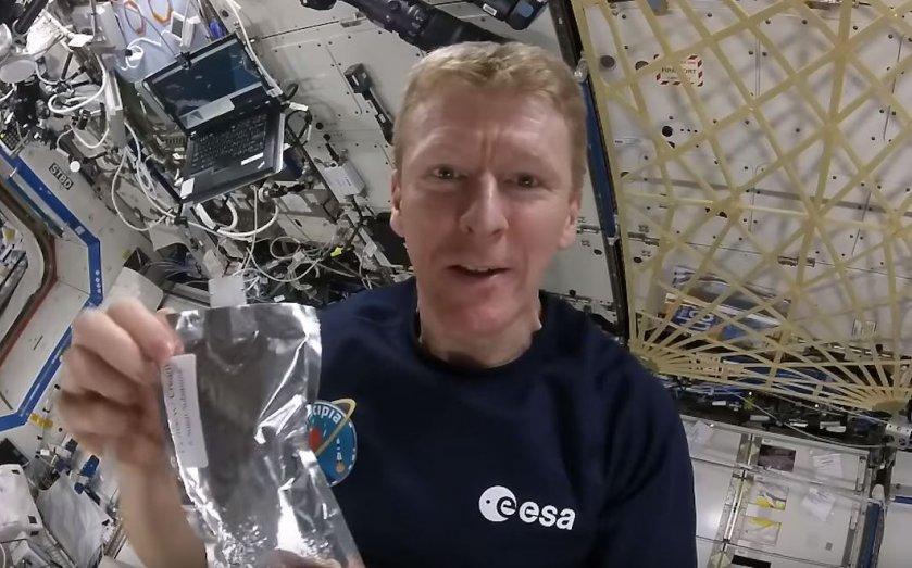 Tim peake tomando cafe en el espacio