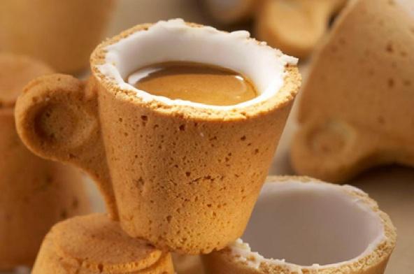 Taza de café hecha con galleta